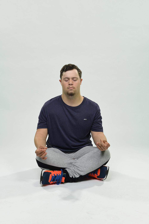 homem meditando no chão