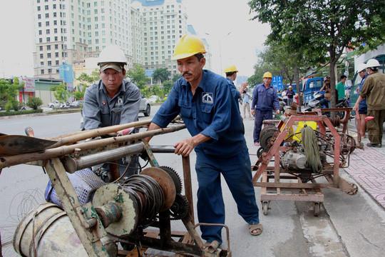 Nhân viên kỹ thuật thăm dò lượng chất thải trong cống