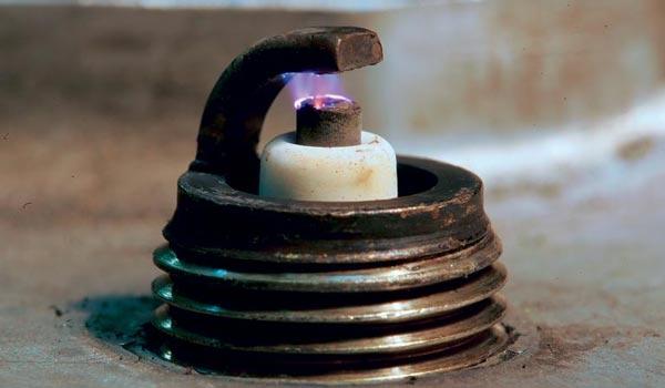 Когда менять свечи зажигания? На что влияет их работа? - изображение центрального электрода во время работы свечи