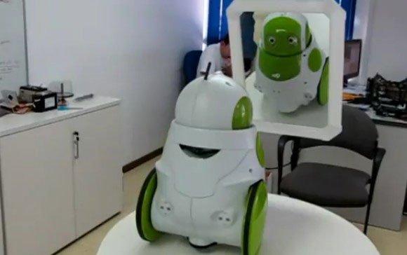 """Robot """"xanh"""" Qbo nhận ra mình trong gương và phản ứng lại với câu nói: """"Ồ, đây là tôi, rất đẹp"""""""