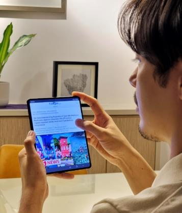 A person holding a tablet  Description automatically generated with low confidence