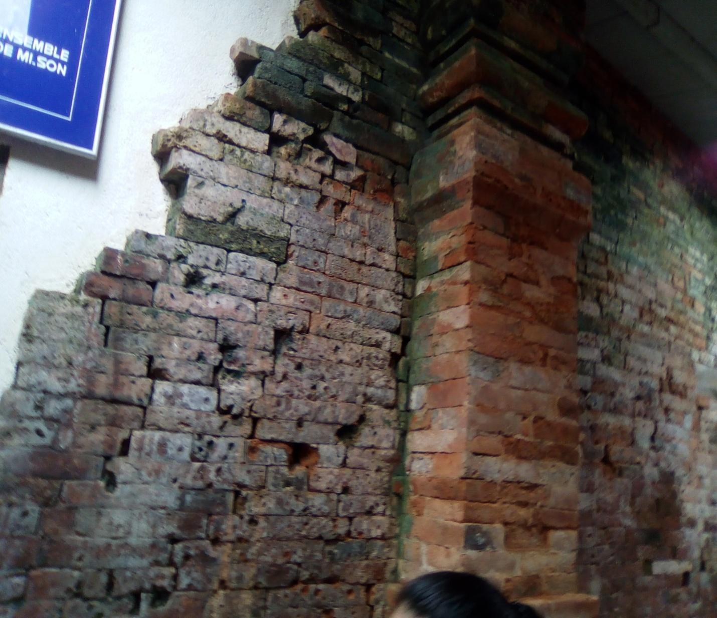 Một bức tường tại di tích thánh địa Mỹ Sơn