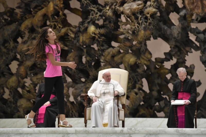 Cô bé tự rời khỏi đám đông & lên khán đài với Đức Thánh Cha trong buổi Tiếp Kiến Chung