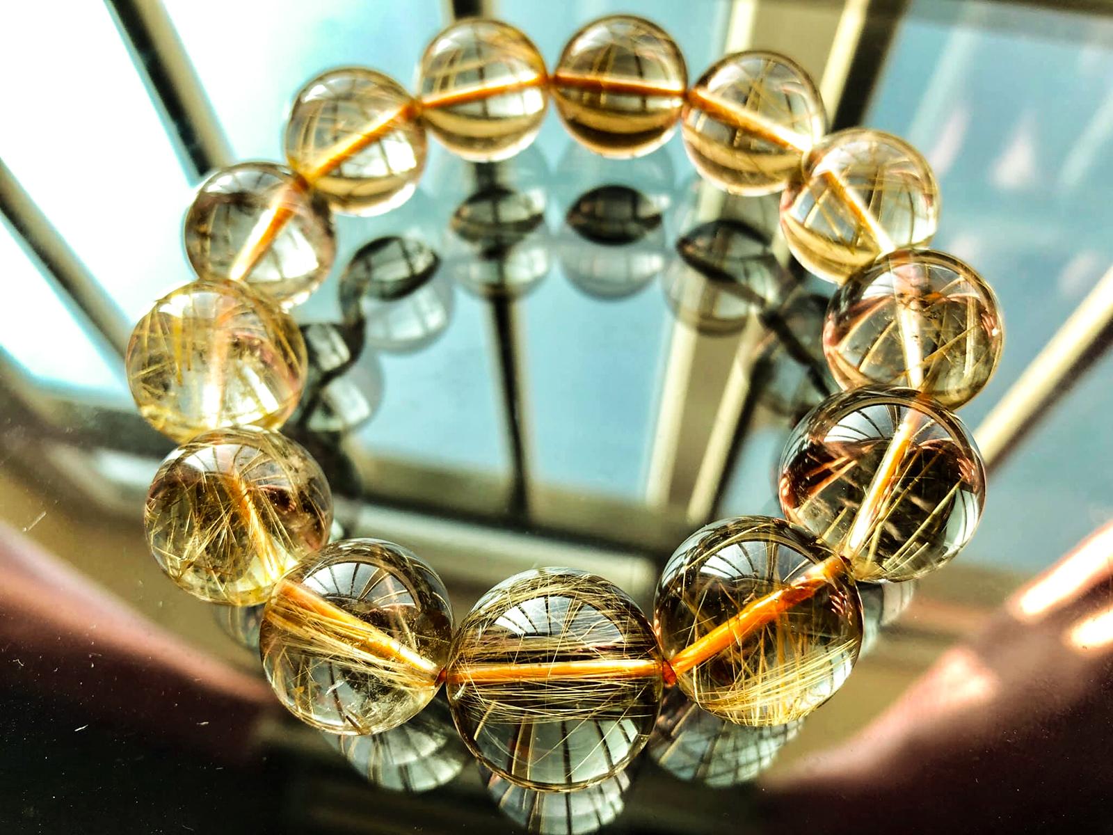 Thạch anh tóc vàng tích tụ nguồn năng lượng mạnh mẽ, mang lại may mắn và tài lộc cho người đeo