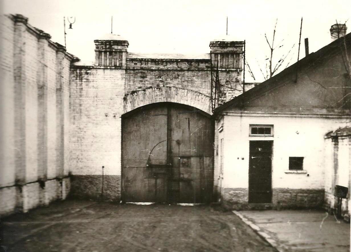 Головні ворота холодногірської каторжної тюрми (БУПР №1) з внутрішнього боку