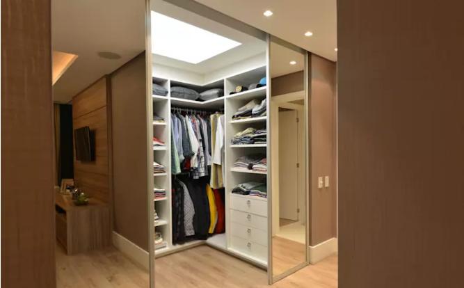 Phòng thay đồ đẹp, gọn và tiện đặt sau gương