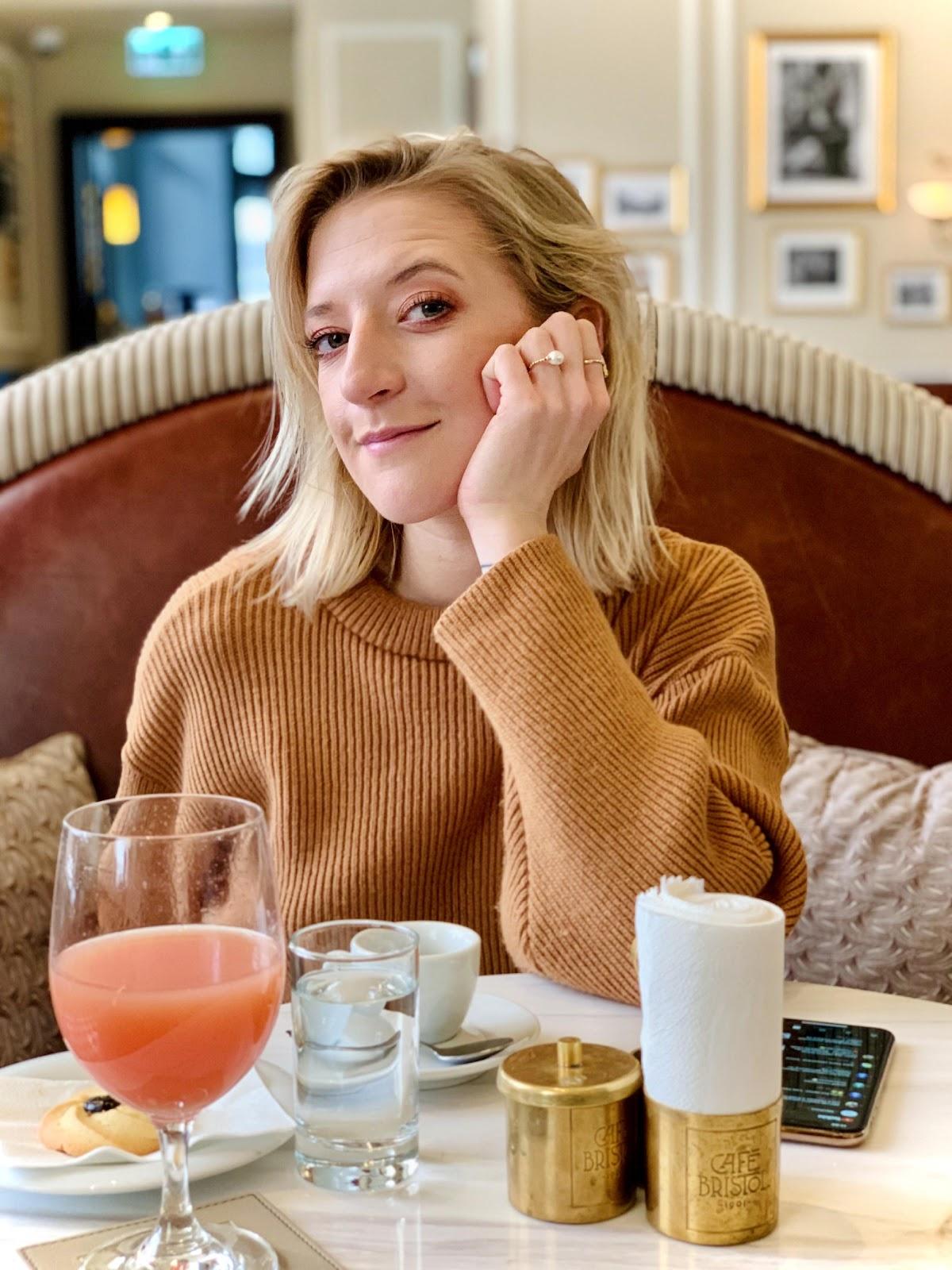 Obraz zawierający osoba, stół, kubek, kawa  Opis wygenerowany automatycznie