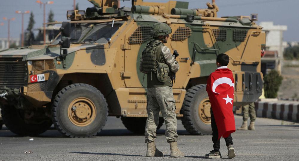 Турецкие солдаты патрулируют у города Таль - Абьяд, расположенный на сирийско-турецкой границе (23 октября 2019). Сирия