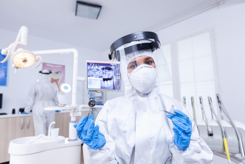 A pandemia da covid-19 exige cuidados sanitários e reinvenção econômica. (Fonte: Shutterstock/DC Studio/Reprodução)