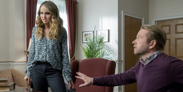 Chica y su padre dentro de la oficina del director, molestos, escena de la serie Insatiable, temporada 2, Netflix