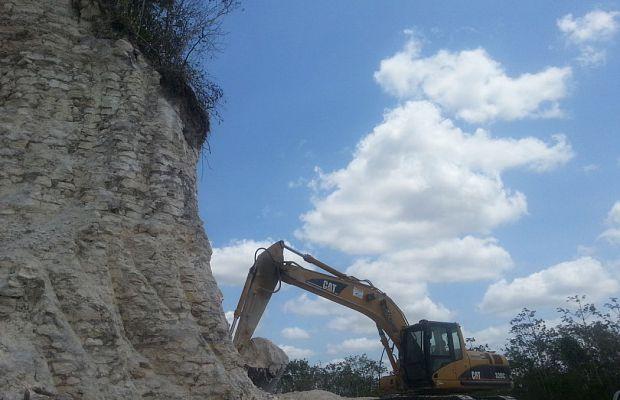 В2013 году вБелизе разразился скандал— бульдозеры местной строительной компании наполовину снесли храм майя возрастом в2300 лет. Они раскапывали известняк икмоменту, когда информация просочилась впрессу, древняя пирамида уже была наполовину разрушена. Вандализм удалось остановить, нопамятник культуры ужасно пострадал.