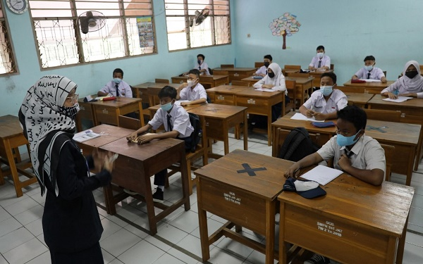 Tin giáo dục hôm nay 24.9: Indonesia - Vừa mở cửa trường học trở lại, hàng ngàn giáo viên và học sinh mắc Covid-19  1