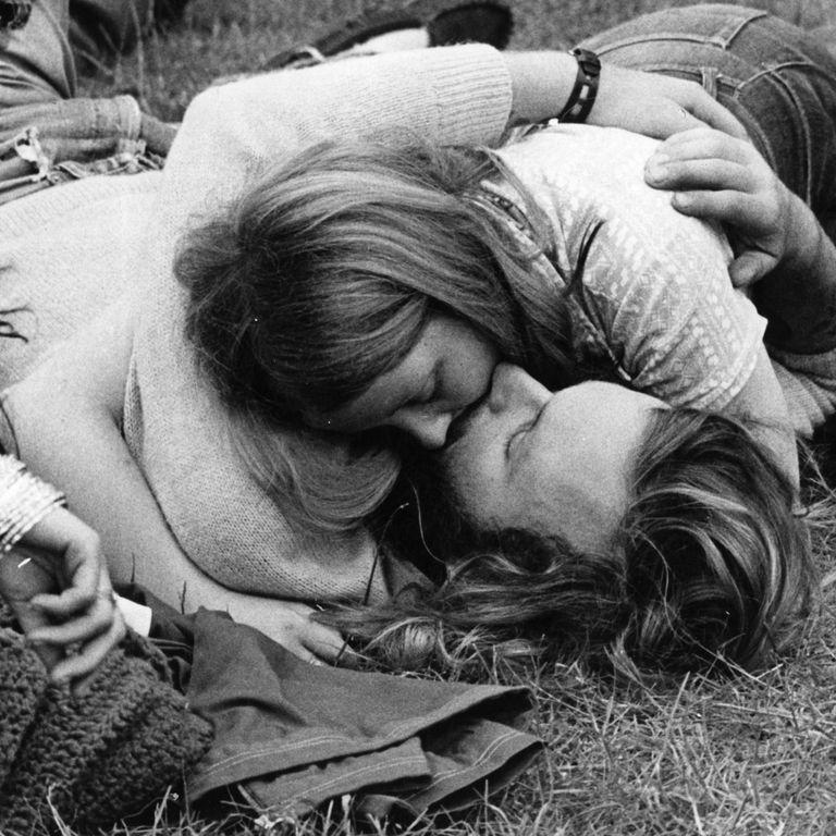 Pāris skūpstās pļavā