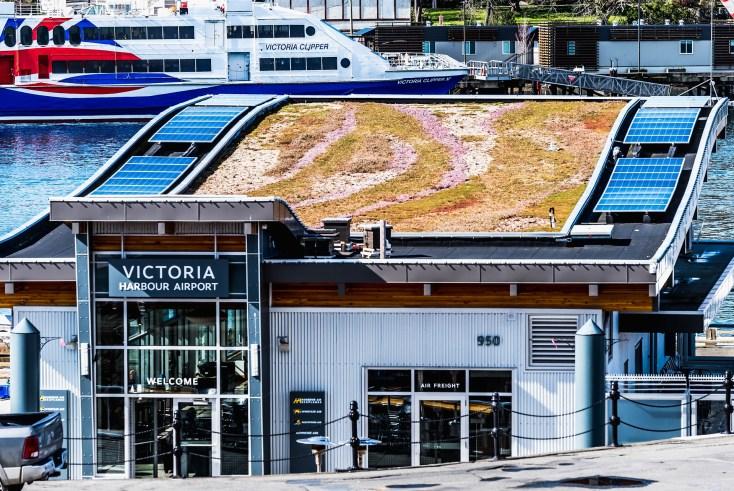 Photo de panneaux photovoltaïque installés sur le toit d'un aéroport de région. Projet typique de production d'électricité.