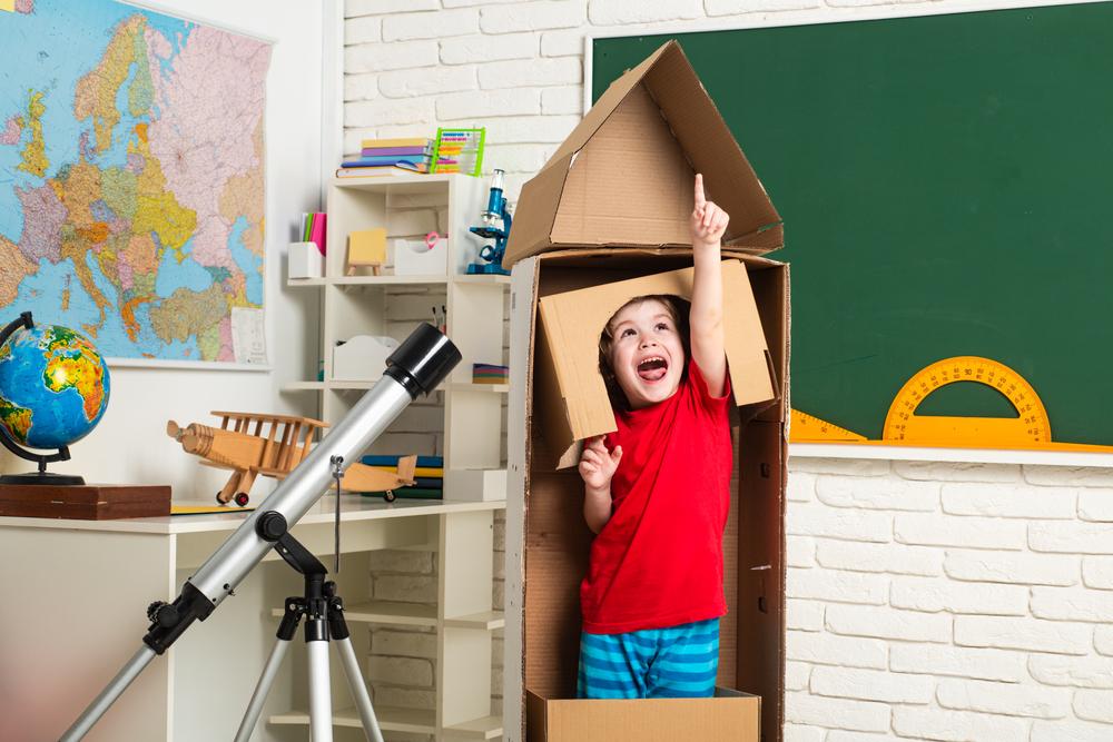 O livre brincar em sala de aula é importante para estimular a imaginação das crianças. (Fonte: Shutterstock)