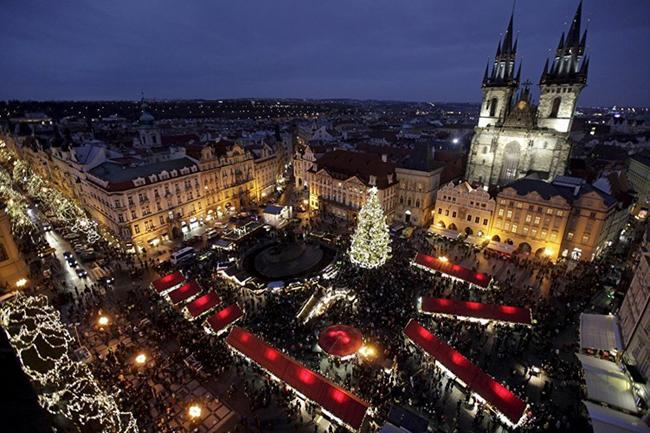 Quang cảnh một khu chợ trời bán đồ Giáng sinh ở Quảng trường Old Town, Prague, Cộng hòa Séc.