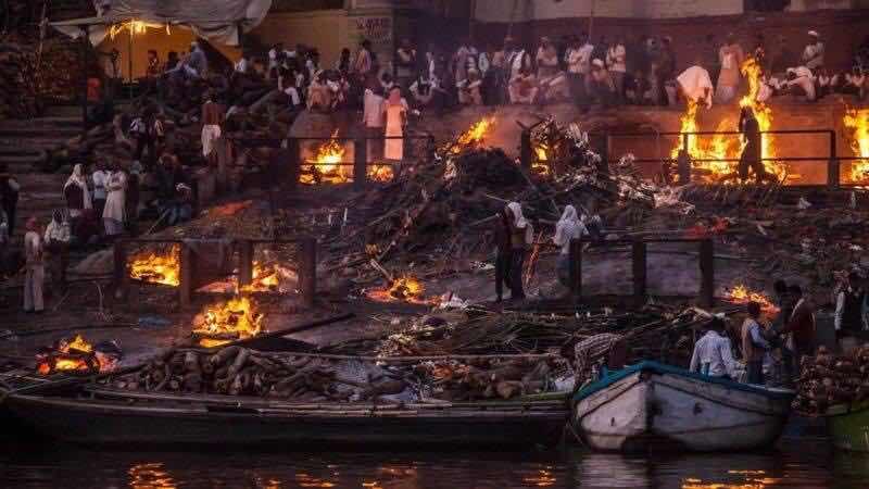 Hình ảnh một là hình ảnh Hỏa thiêu ở Varanasi - nơi người Ấn thèm được đến để chết. Họ cầu mong được hỏa táng dọc bờ sông Hằng linh thiêng để được siêu thoát. Mỗi lễ hỏa táng là một hội của người chết và gia đình