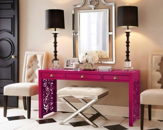 Ярко окрашенный столик