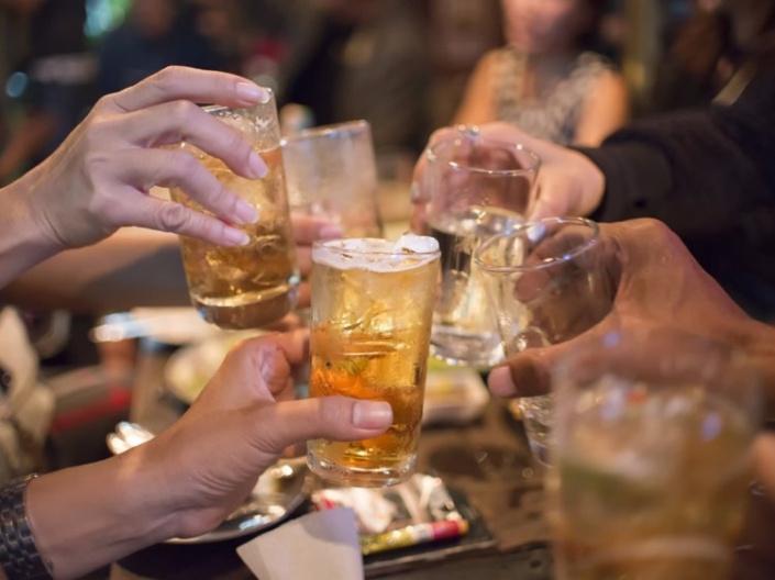 Tình thân mến thân bằng bia rượu là biểu hiện đời sống văn hóa, tinh thần nghèo nàn của người Việt - ép uống rượu bia