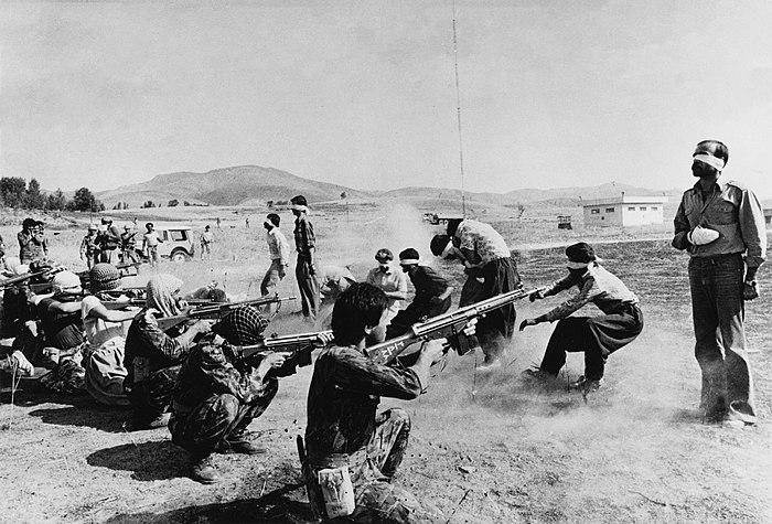 https://upload.wikimedia.org/wikipedia/commons/thumb/6/65/Firing_Squad_in_Iran.jpg/700px-Firing_Squad_in_Iran.jpg