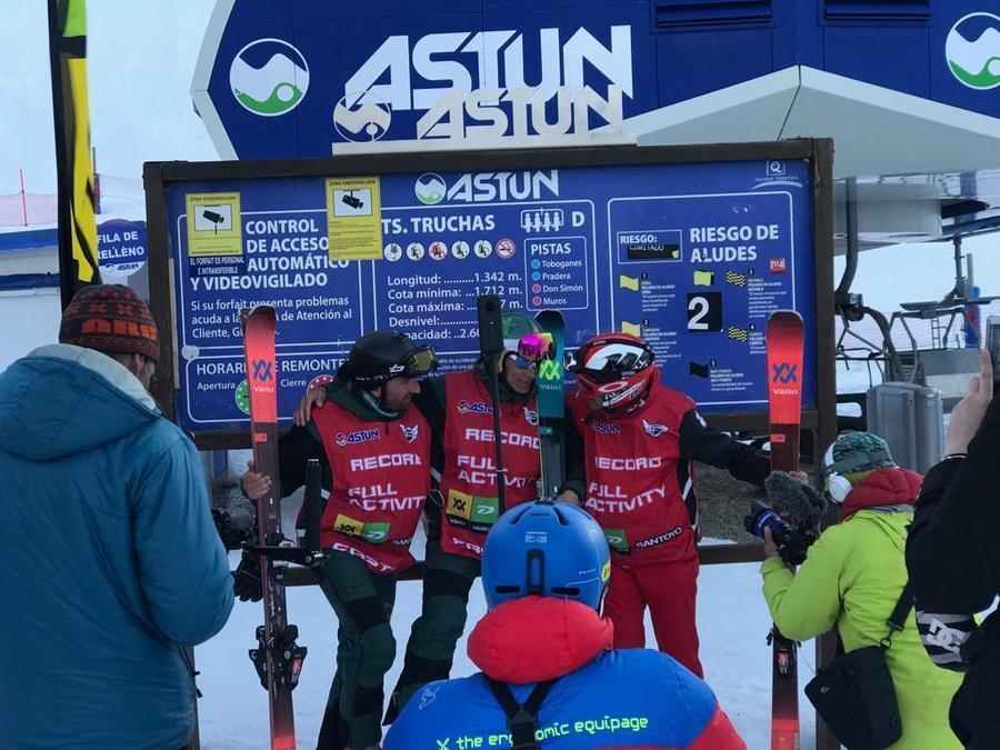 Celebración en Astún tras batir el récord de 24h esquiando.