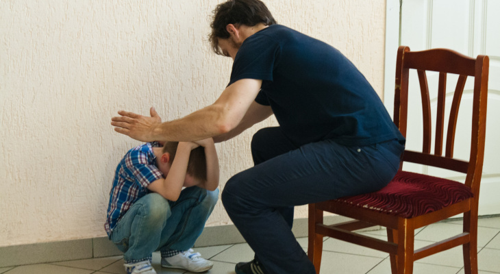 Муж бьет ребенка