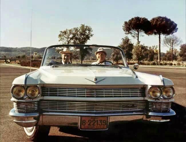Bourvil et Louis de Funès au volant de la Cadillac dans le film Le Corniaud