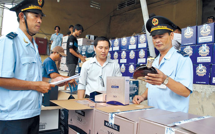 Cán bộ hải quan kiểm tra lô rượu nhập khẩu