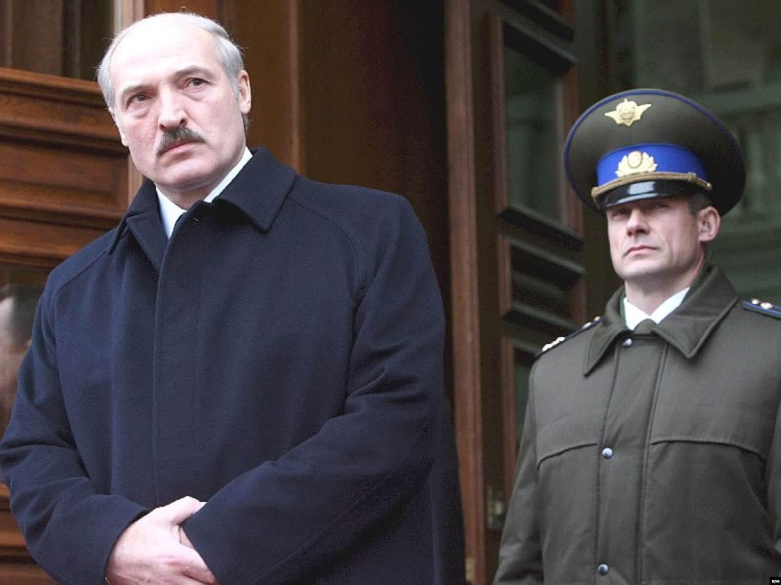 Александр Лукашенко и Николай Латышонок, руководитель охраны президента, 14 декабря 2007. Фото: EPA