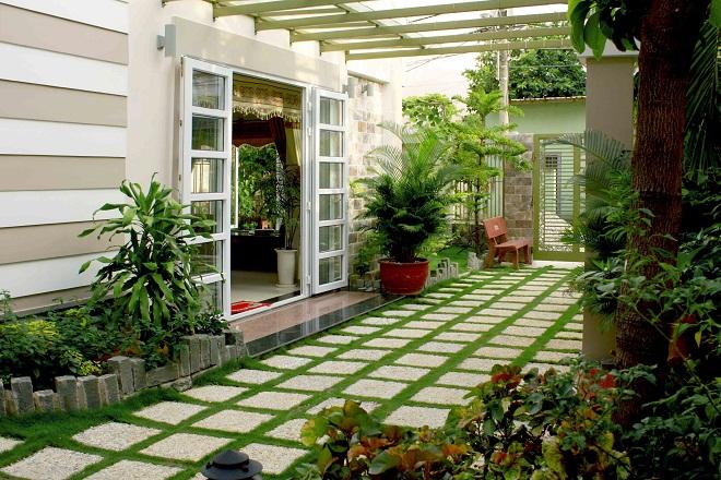 Không gian cửa ra vào sạch sẽ, đặt thêm cây xanh để tăng vận khí