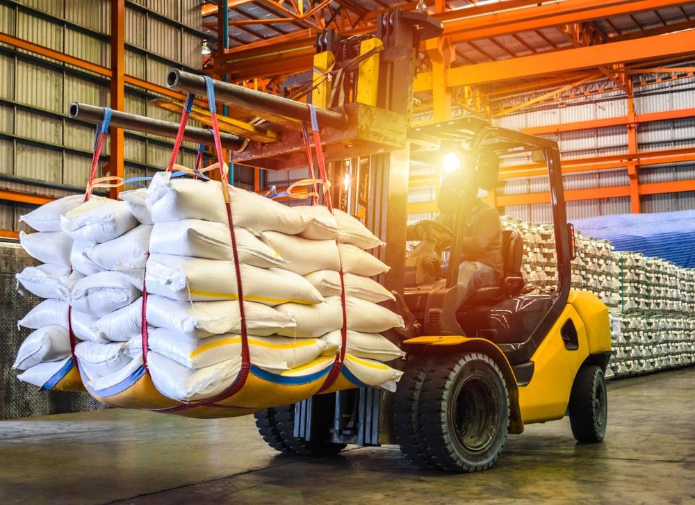 Usinas brasileiras devem moer 590 milhões de toneladas de cana e 45,2% serão destinadas à produção de açúcar. (Fonte: Shutterstock/Mr. Kosal/Reprodução)
