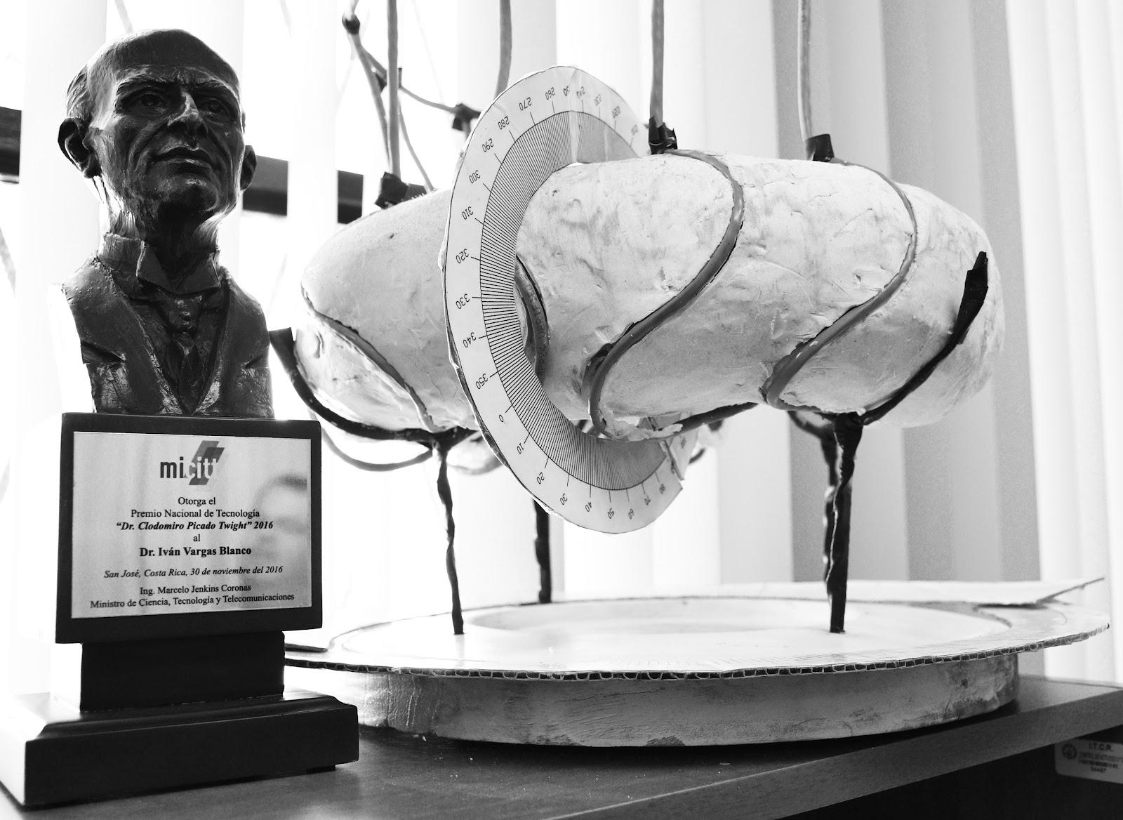 Premio Nacional de Tecnología: Clodomiro Picado Twight  2016 junto a la maqueta del Stellarator SCR-1. (Foto: Ruth Garita/OCM)