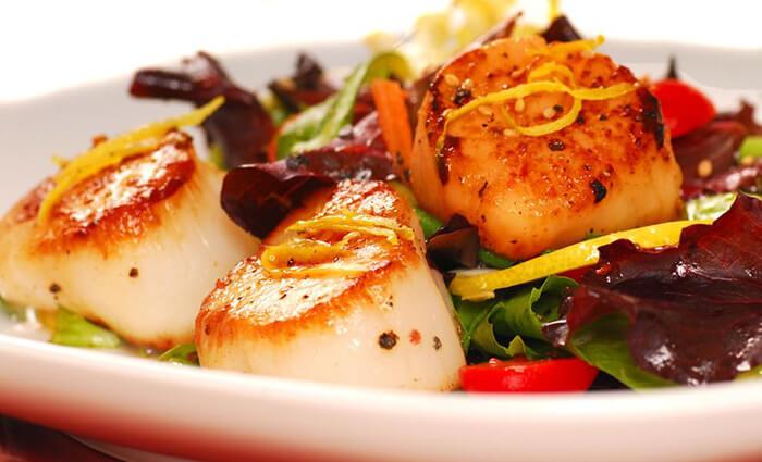 干貝新鮮、要吃得美味就很簡單。只需雙面乾煎,焦香的苦便能跳躍的牽引出隨之而來的鮮甜,光是搭配清爽的溫沙拉/冷沙拉就足以讓人難以忘壞。