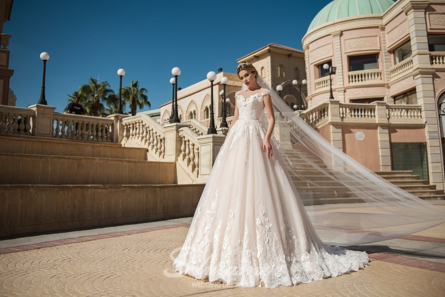 Мереживна весільна сукня зі шлейфом оптом від Silviamo