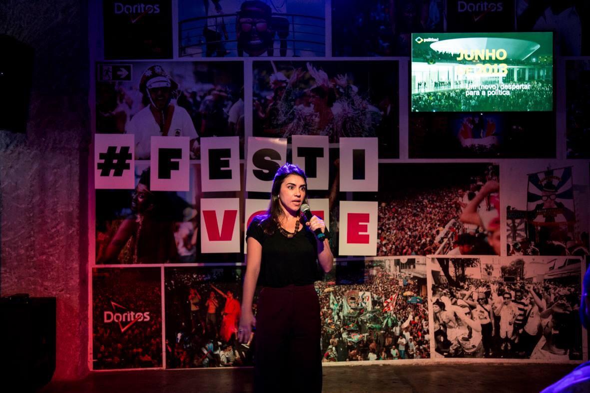 Silvia palestrando no FestiVote, evento do Pacto pela Democracia