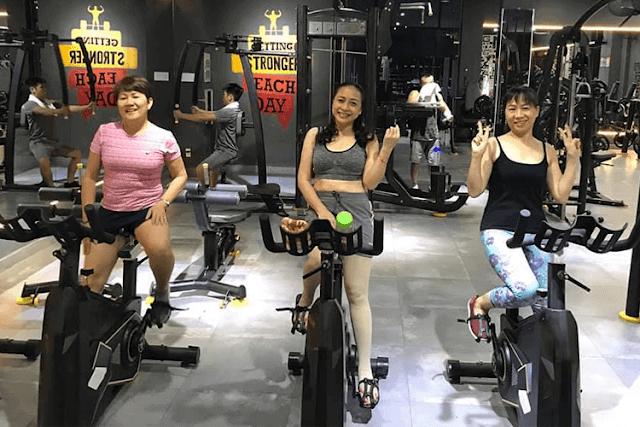 Tập gym tại phòng tập