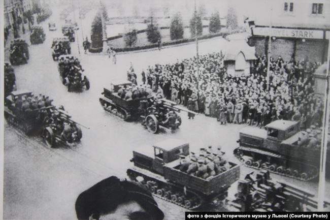 Населення Львова зустрічає Червону армію. Вересень 1939 року