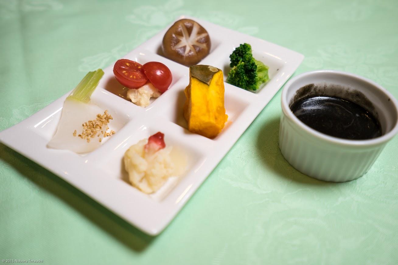 前菜:地場野菜のディップ、黒カレーディップソース