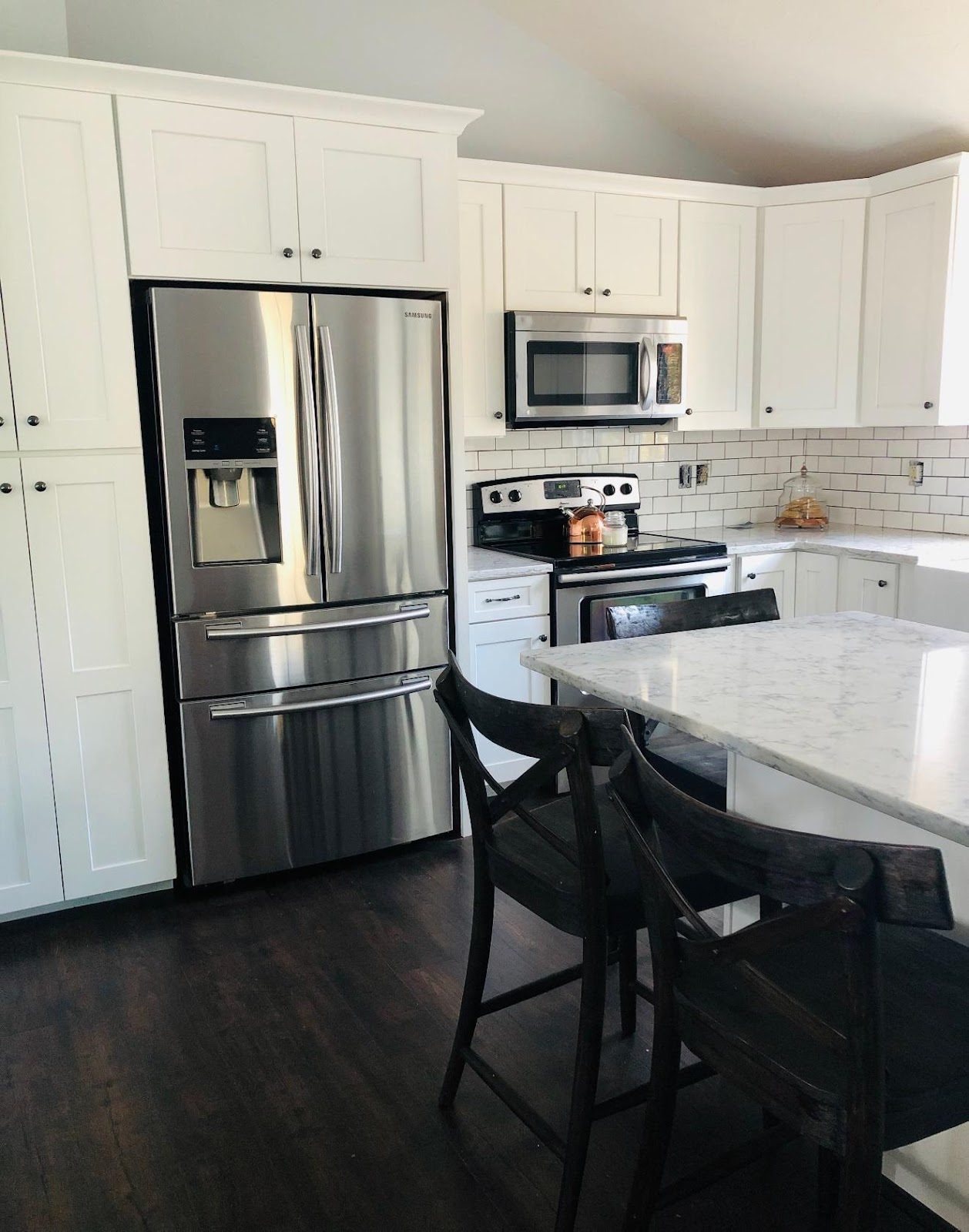 A kitchen with stainless steel appliances  Description automatically generated