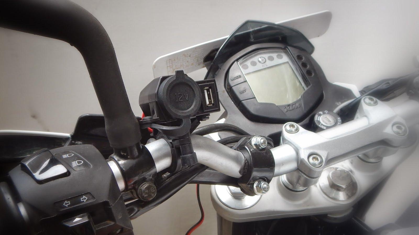 Charging accessory mounted on a Duke handlebar
