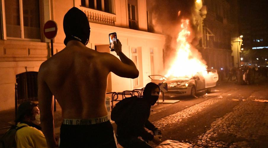Scores arrested as PSG fans riot after defeat | SuperSport