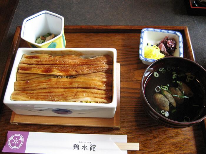 穴子飯就像台灣的高級版滷肉飯、雞肉飯,看似簡單家常,口感的結合卻能口口都令人滿足感動。