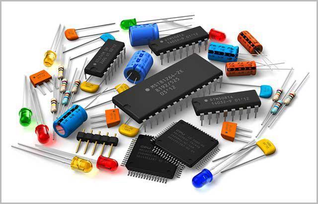 (Kilka elementów PCB na białym tle)