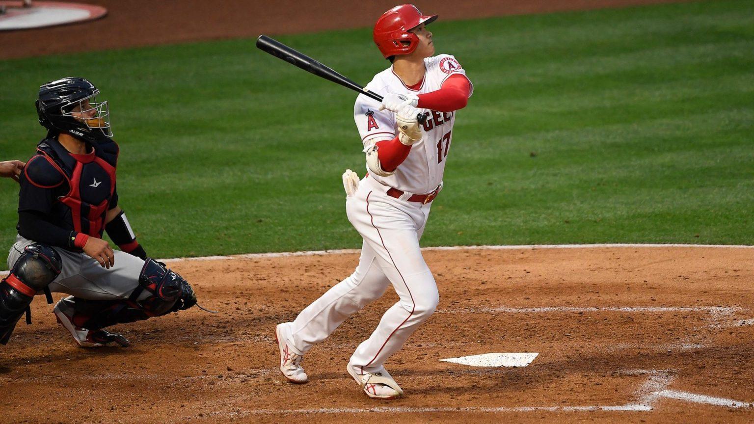 Un jugador de béisbol con un bate de béisbol durante un partido  Descripción generada automáticamente