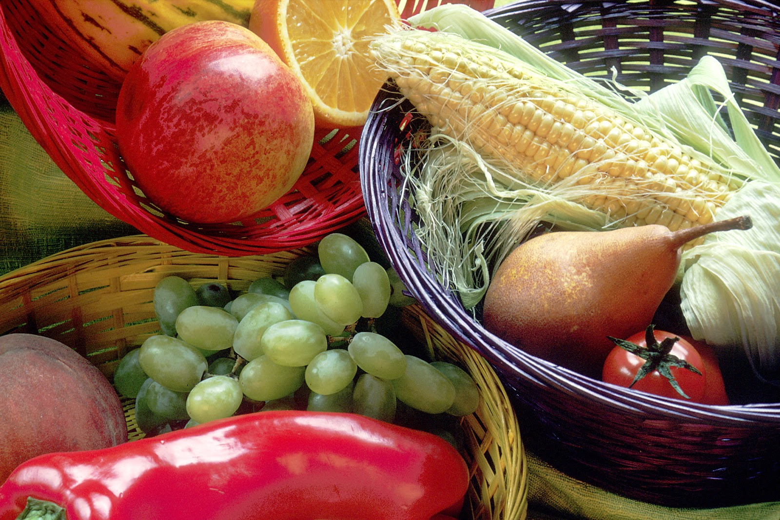 Fruit_and_vegetables_basket.jpg