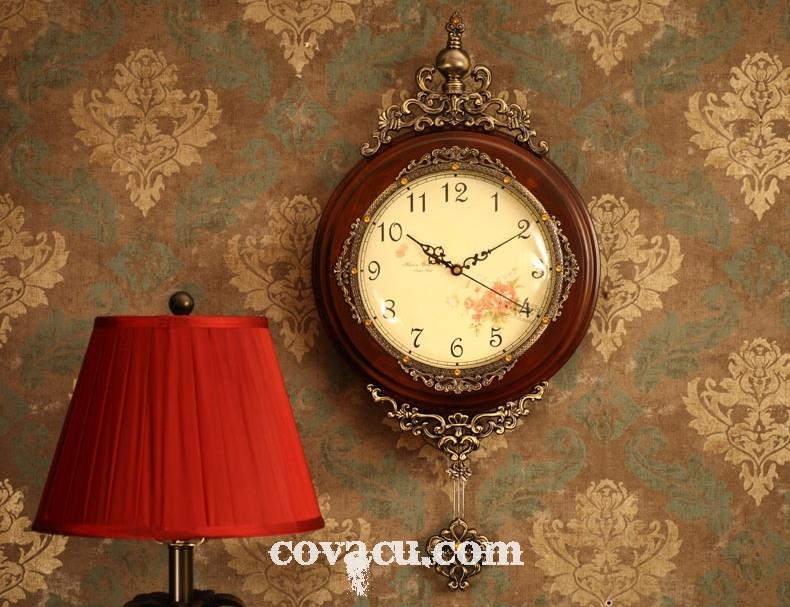 Chiếc đồng hồ treo tường phong cách Châu Âu với thiết kế đậm chất cổ điển, sang trọng
