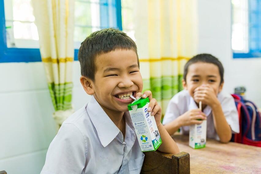 Vì sao các bé hào hứng với giờ uống sữa tại trường