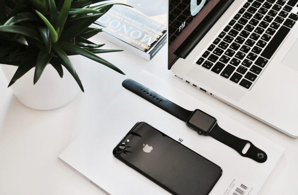 Guide en 5 étapes pour créer une identité de marque forte et mémorable pour votre petite entreprise    Designs.ai    iPhone, Apple Watch, Macbook