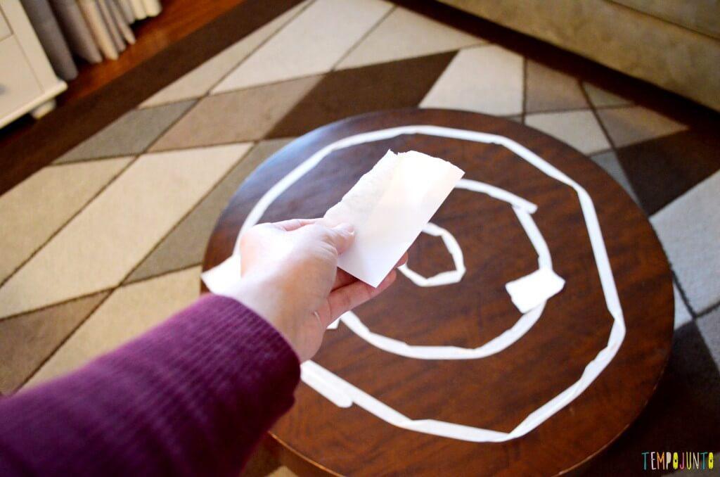 Um jeito diferente de jogar acerte o alvo: jogando pedaço de papel num alvo de fita.
