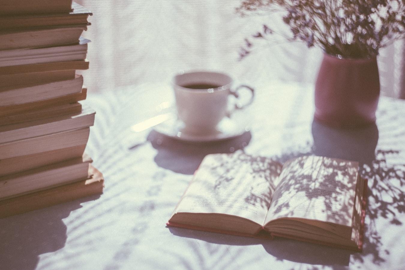 Um livro aberto em uma mesa